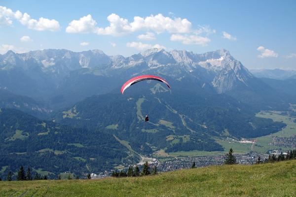 Gerade vom Wank gestarteter Gleitschirmflieger vor dem Wettersteingebirge - Author: Túrelio - Lizenz: CC-BY-SA-2.5.