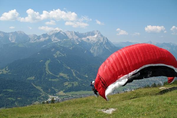 Startender Gleitschirmflieger auf dem Wank (1780 m) bei Garmisch-Partenkirchen - Author: Túrelio - Lizenz: unter CC-BY-SA-2.5.