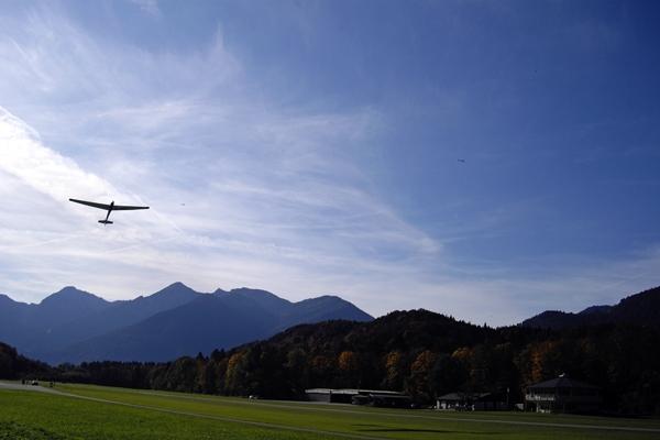 Ein Segelflieger wird nach oben gezogen