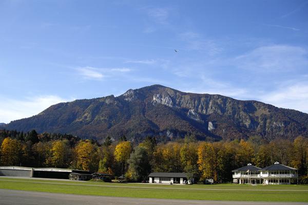 Segelflugplatz mit den Bergen im Hintergrund