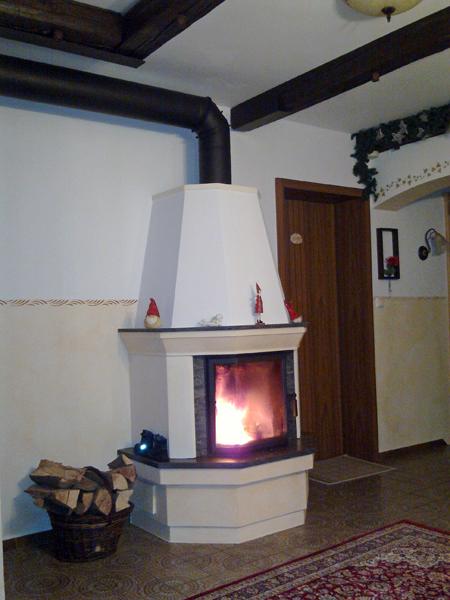 Der Kamin im Flur sorgt für wohlige Wärme