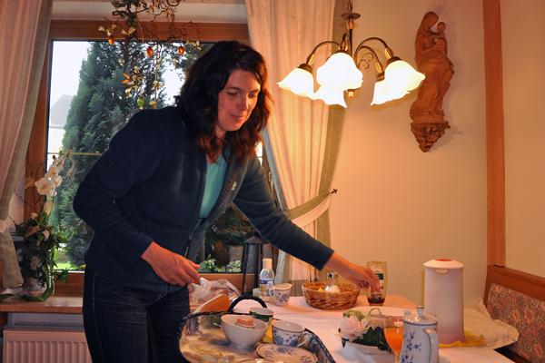 Morgens beim Servieren des Frühstücks